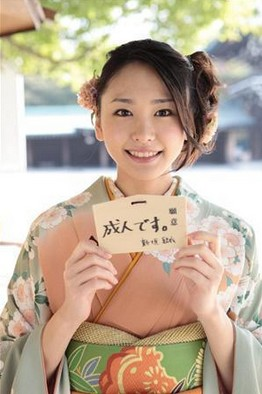aragakiyui1 成人式の髪飾りは生花で振袖は母の振袖が2014年トレンド!