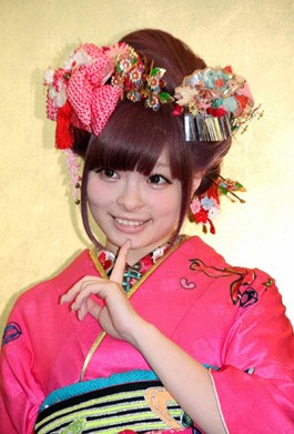 kyaripamyu 成人式の髪飾りは生花で振袖は母の振袖が2014年トレンド!