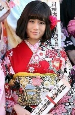 maedaatuko 成人式の髪飾りは生花で振袖は母の振袖が2014年トレンド!