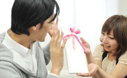 xmasyorokobu 500x308 【マジで?!】彼をドッキリさせるクリスマスプレゼントの渡し方