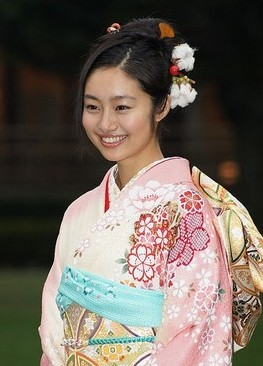 yayu 成人式の髪飾りは生花で振袖は母の振袖が2014年トレンド!